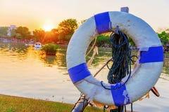 Σημαντήρας ζωής με τη λίμνη και το ηλιοβασίλεμα Στοκ φωτογραφία με δικαίωμα ελεύθερης χρήσης