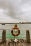 Σημαντήρας ζωής σε μια όχθη ποταμού Στοκ εικόνα με δικαίωμα ελεύθερης χρήσης