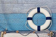 Σημαντήρας ζωής στο ξύλινα μπλε και το λευκό υποβάθρου Στοκ Εικόνες