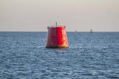 Σημαντήρας καναλιών στη θάλασσα στον αργά το απόγευμα χειμερινό ήλιο Στοκ εικόνες με δικαίωμα ελεύθερης χρήσης