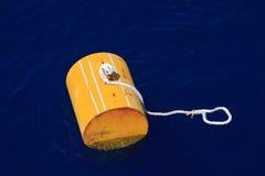 Σημαντήρας προειδοποίησης από την ακτή του Μαίην σε ένα ομιχλώδες κλίμα, σημαντήρας στη θάλασσα για τη βάρκα ανεφοδιασμού υποστήρ Στοκ Εικόνες