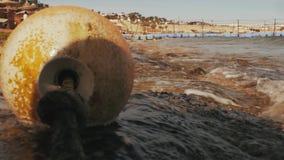 Σημαντήρες θαλασσίως θαλάσσια αύρα ενάντια στα βουνά και τους φοίνικες απόθεμα βίντεο