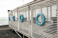 Σημαντήρες που κρεμούν στο υπόβαθρο του ξύλου και της θάλασσας Στοκ φωτογραφίες με δικαίωμα ελεύθερης χρήσης