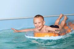 σημαντήρων λίμνη μαθημάτων παιδιών η πρώτη ευτυχής κολυμπά την κολύμβηση Στοκ φωτογραφία με δικαίωμα ελεύθερης χρήσης