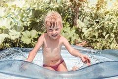 σημαντήρων λίμνη μαθημάτων παιδιών η πρώτη ευτυχής κολυμπά την κολύμβηση Στοκ Εικόνες