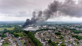 Σημαντική πυρκαγιά στη βιομηχανική περιοχή του Σουώνση Στοκ εικόνες με δικαίωμα ελεύθερης χρήσης