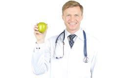 σημασία της υγείας ο γιατρός παρουσιάζει πράσινη Apple Στοκ εικόνες με δικαίωμα ελεύθερης χρήσης