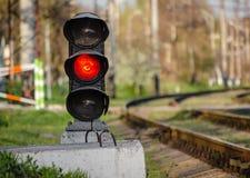 Σηματοφόρος με ένα κόκκινο σήμα κοντά στο σιδηρόδρομο στοκ φωτογραφίες