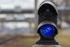 Σηματοφόρος με το μπλε φως καψίματος Η διατομή των διαδρομών σιδηροδρόμων r στοκ εικόνες