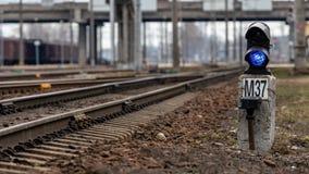 Σηματοφόρος με το μπλε φως καψίματος Η διατομή των διαδρομών σιδηροδρόμων r στοκ φωτογραφίες με δικαίωμα ελεύθερης χρήσης