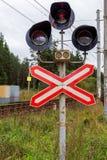 Σηματοφόρος σιδηροδρόμων στο υπόβαθρο του δάσους στοκ εικόνα με δικαίωμα ελεύθερης χρήσης