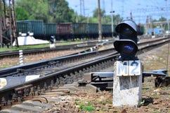 Σηματοφόρος φωτεινού σηματοδότη σιδηροδρόμων στα πλαίσια ενός τοπίου σιδηροδρόμων ημέρας Συσκευή σημάτων στη διαδρομή σιδηροδρόμω Στοκ Εικόνες
