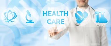 Σημεία γιατρών στην ΥΓΕΙΟΝΟΜΙΚΗ ΠΕΡΊΘΑΛΨΗ με τα ιατρικά εικονίδια Στοκ Φωτογραφίες