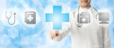 Σημεία γιατρών στον ιατρικό σταυρό με τα ιατρικά εικονίδια Στοκ φωτογραφία με δικαίωμα ελεύθερης χρήσης