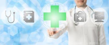 Σημεία γιατρών στον ιατρικό σταυρό με τα ιατρικά εικονίδια Στοκ εικόνες με δικαίωμα ελεύθερης χρήσης