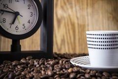 Σημεία και ρολόι Πόλκα φλυτζανιών που στέκονται στα φασόλια καφέ διαφήμιση Στοκ Φωτογραφίες