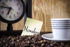 Σημεία Πόλκα φλυτζανιών, ρολόι και μια αυτοκόλλητη ετικέττα με την ημέρα Στοκ Εικόνα