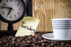 Σημεία Πόλκα φλυτζανιών, ρολόι και μια αυτοκόλλητη ετικέττα με την ημέρα Στοκ Φωτογραφία
