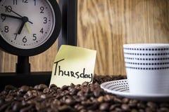 Σημεία Πόλκα φλυτζανιών, ρολόι και μια αυτοκόλλητη ετικέττα με την ημέρα Στοκ φωτογραφίες με δικαίωμα ελεύθερης χρήσης