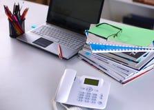 Σημεία στον υπολογιστή γραφείου γραφείων με έναν υπολογιστή και τα έγγραφα Στοκ Φωτογραφίες