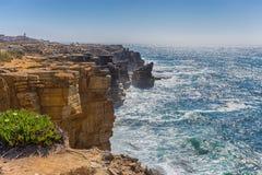 Σημείο άποψης της θάλασσας με τους βράχους κοντά στο φάρο του ακρωτηρίου Carvoeiro, Peniche, Πορτογαλία στοκ φωτογραφία με δικαίωμα ελεύθερης χρήσης