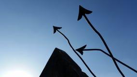Σημείο βελών επάνω και φωτεινός ουρανός Στοκ Φωτογραφία