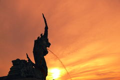 Σημείο και θέση άποψης ηλιοβασιλέματος σκιαγραφιών δημοφιλή με τους τουρίστες που παίρνουν την εικόνα Στοκ Εικόνες