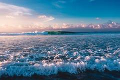 Σημείο κυματωγών με τα surfers και μεγάλο κύμα βαρελιών στον ωκεανό στοκ φωτογραφία