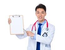 Σημείο μανδρών ατόμων γιατρών στην κενή σελίδα στην περιοχή αποκομμάτων Στοκ Εικόνα