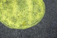Σημείο του χρώματος λεμονιών στη μαύρη άσφαλτο Στοκ Εικόνες