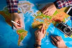 Σημείο χεριών στο χάρτη πού να πάει στοκ εικόνες