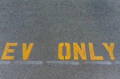 Σημείο χώρων στάθμευσης για τα ηλεκτρικά οχήματα μόνο Στοκ Φωτογραφία