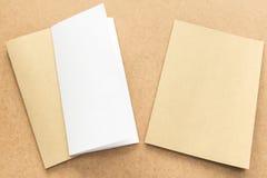 Σημείωση άσπρου και καφετιού εγγράφου για το επιχειρησιακό ξύλινο γραφείο με το διάστημα αντιγράφων Στοκ φωτογραφία με δικαίωμα ελεύθερης χρήσης