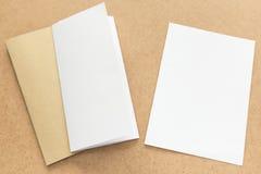 Σημείωση άσπρου και καφετιού εγγράφου για το επιχειρησιακό ξύλινο γραφείο με το διάστημα αντιγράφων Στοκ εικόνες με δικαίωμα ελεύθερης χρήσης