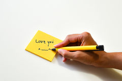 Σημείωση αγάπης για κίτρινο χαρτί Στοκ Εικόνα