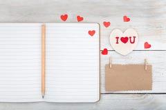 Σημείωση από το έγγραφο του Κραφτ, το ημερολόγιο και την άσπρη ξύλινη καρδιά σε ένα άσπρο W Στοκ φωτογραφία με δικαίωμα ελεύθερης χρήσης