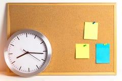 Σημείωση αυτοκόλλητων ετικεττών εγγράφου για το φλοιώδη πίνακα με το ρολόι μετάλλων Χρόνος στην έννοια plannig, closedup Οι κενές στοκ φωτογραφίες με δικαίωμα ελεύθερης χρήσης