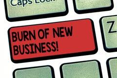 Σημείωση γραψίματος που παρουσιάζει έγκαυμα της νέας επιχείρησης Το χρηματικό ποσό επίδειξης επιχειρησιακών φωτογραφιών μηνιαία μ στοκ εικόνα
