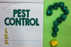 Σημείωση γραψίματος που παρουσιάζει έλεγχο παρασίτων Επιδεικνύοντας φονικά καταστρεπτικά έντομα επιχειρησιακών φωτογραφιών που επ στοκ φωτογραφία με δικαίωμα ελεύθερης χρήσης