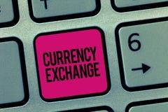 Σημείωση γραψίματος που παρουσιάζει ανταλλαγή νομίσματος Διαδικασία επίδειξης επιχειρησιακών φωτογραφιών ένα νόμισμα σε ένα άλλο  στοκ φωτογραφία
