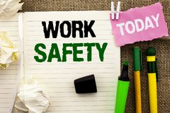 Σημείωση γραψίματος που παρουσιάζει ασφάλεια εργασίας Safeness διαβεβαίωσης προστασίας κανονισμών ασφάλειας προσοχής επίδειξης επ στοκ φωτογραφία