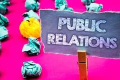 Σημείωση γραψίματος που παρουσιάζει δημόσιες σχέσεις Κοινωνικές λέξεις δημοσιότητας πληροφοριών ανθρώπων μέσων επικοινωνίας επίδε Στοκ Φωτογραφία