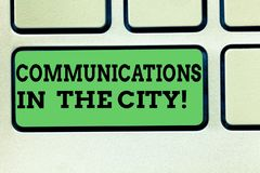 Σημείωση γραψίματος που παρουσιάζει επικοινωνίες στην πόλη Επιχειρησιακή φωτογραφία που επιδεικνύει τις τεχνολογίες ψηφιακών δικτ στοκ εικόνα