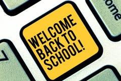 65ccbaadbb Σημείωση γραψίματος που παρουσιάζει Καλώς ήρθατε πίσω στο σχολείο Επιστροφή  επίδειξης επιχειρησιακών φωτογραφιών στην εκπαίδευση στοκ