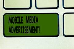 Σημείωση γραψίματος που παρουσιάζει κινητή διαφήμιση MEDIA Διαφήμιση επίδειξης επιχειρησιακών φωτογραφιών μέσω των κινητών τηλεφώ στοκ εικόνες