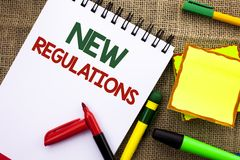 Σημείωση γραψίματος που παρουσιάζει νέους κανονισμούς Την αλλαγή επίδειξης επιχειρησιακών φωτογραφιών των εταιρικών προδιαγραφών  Στοκ φωτογραφία με δικαίωμα ελεύθερης χρήσης