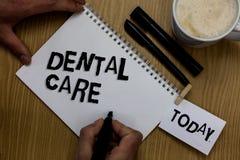Σημείωση γραψίματος που παρουσιάζει οδοντική προσοχή Συντήρηση επίδειξης επιχειρησιακών φωτογραφιών των υγιών δοντιών ή για να το στοκ φωτογραφία