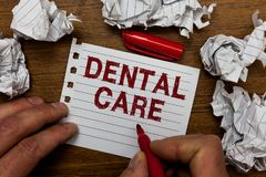 Σημείωση γραψίματος που παρουσιάζει οδοντική προσοχή Συντήρηση επίδειξης επιχειρησιακών φωτογραφιών των υγιών δοντιών ή για να το στοκ φωτογραφία με δικαίωμα ελεύθερης χρήσης