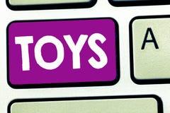 Σημείωση γραψίματος που παρουσιάζει παιχνίδια Επιχειρησιακή φωτογραφία που επιδεικνύει ένα αντικείμενο για ένα παιδί για να παίξε στοκ εικόνα με δικαίωμα ελεύθερης χρήσης