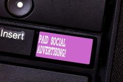 Σημείωση γραψίματος που παρουσιάζει πληρωμένη κοινωνική διαφήμιση Η επιχειρησιακή φωτογραφία που επιδεικνύει τις εξωτερικές προσπ στοκ φωτογραφίες με δικαίωμα ελεύθερης χρήσης